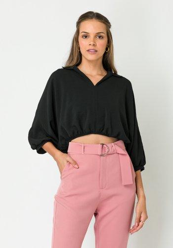 Blusa Feminina Ampla com Gola Preta