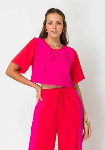 Blusa Feminina Cropped Bolsos Utilitários Rosa e Vermelho