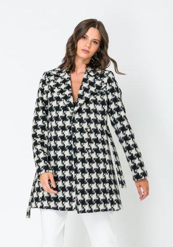 Casaco Feminino em Lã Transpassado com Cinto Preto e Branco